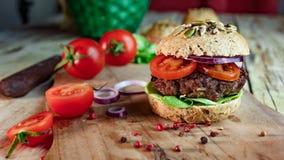 Hamburger en Geheel Tarwebrood Stock Afbeeldingen