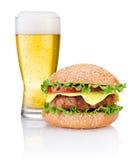 Hamburger en Glas bier op witte achtergrond wordt geïsoleerd die Royalty-vrije Stock Afbeelding