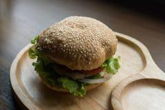 Hamburger en gros plan avec les légumes frais image libre de droits