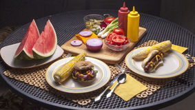 Hamburger en Hotdog op Platen. Royalty-vrije Stock Afbeeldingen