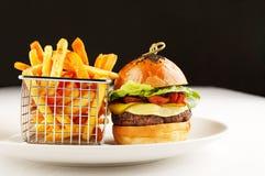 Hamburger en spaanders tevreden Stock Foto's