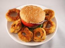 Hamburger en uiringen Stock Afbeelding