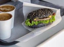 Hamburger et americano noirs Image libre de droits