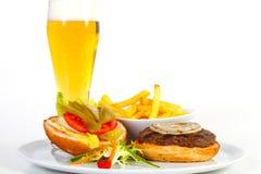 Hamburger et bière Photos libres de droits