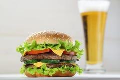 Hamburger et bière Photo stock