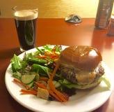 Hamburger et bière Image stock