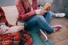 Hamburger et café Nourriture industrielle préférée Photographie stock