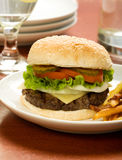 Hamburger et fritures Image stock