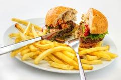 Hamburger et fritures image stock