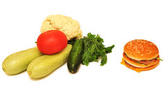 Hamburger et légumes d'isolement sur le fond blanc Photo stock