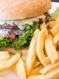 Hamburger et pommes chips photo libre de droits
