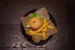 Hamburger et pommes chips d'en haut Photos stock
