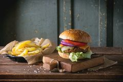 Hamburger et pommes de terre Photo stock
