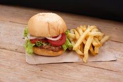 Hamburger et pommes frites photos stock