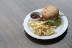 Hamburger et pommes frites avec de la sauce photo libre de droits