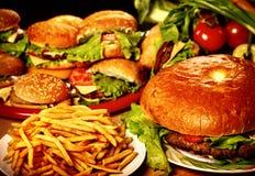 Hamburger et pommes frites d'aliments de préparation rapide pour de grands amis de groupe Images libres de droits