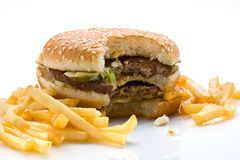 Hamburger et pommes frites mordus Images stock