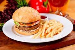 Hamburger et pommes frites savoureux de boeuf du plat blanc photos stock