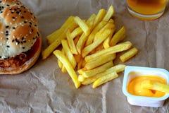 Hamburger et pommes frites savoureux sur un fond en bois de table Concept de nourriture industrielle image libre de droits