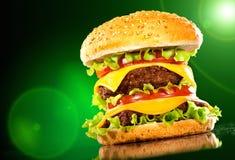 Hamburger et pommes frites savoureux sur une obscurité photos libres de droits