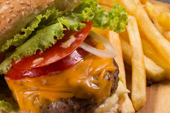 Hamburger et pommes frites sur la table en bois Image stock