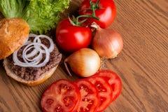 Hamburger fait à la maison délicieux image libre de droits