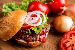 Hamburger fait à la maison délicieux image stock