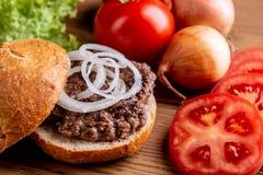 Hamburger fait ? la maison d?licieux photographie stock libre de droits