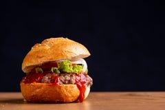 Hamburger fait ? la maison d?licieux photos stock