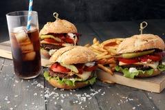 Hamburger fait maison avec les fritures et la boisson non alcoolisée glaciale Photographie stock