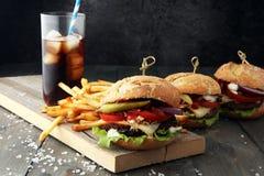 Hamburger fait maison avec les fritures et la boisson non alcoolisée glaciale Images libres de droits