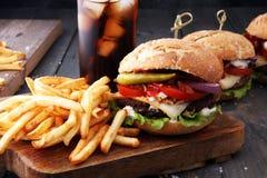 Hamburger fait maison avec les fritures et la boisson non alcoolisée glaciale Photos stock