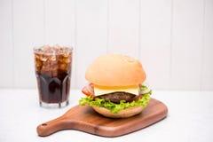 Hamburger fait maison de BBQ avec le coke sur le fond en bois Images stock