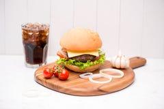Hamburger fait maison de BBQ avec le coke sur le fond en bois Photo stock