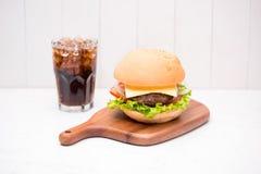 Hamburger fait maison de BBQ avec le coke sur le fond en bois Photo libre de droits