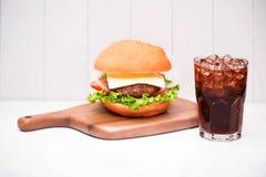 Hamburger fait maison de BBQ avec le coke sur le fond en bois Photos libres de droits