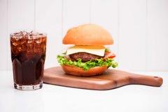 Hamburger fait maison de BBQ avec le coke sur le fond en bois Photographie stock libre de droits