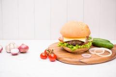 Hamburger fait maison de BBQ sur le fond en bois Images stock