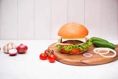 Hamburger fait maison de BBQ sur le fond en bois Image libre de droits
