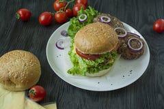 Hamburger fait maison frais d'un plat blanc Ingr?dients pour faire cuire l'hamburger Nourriture malsaine photo libre de droits
