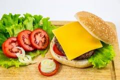 Hamburger fait maison frais servi sur le bois photographie stock