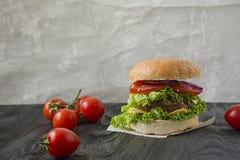 Hamburger fait maison frais sur une table fonc?e Nourriture malsaine image libre de droits