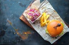 Hamburger fait maison sur le fond en acier rouillé photo libre de droits