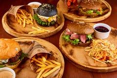 Hamburger fait par maison servi sur les planches en bois image stock