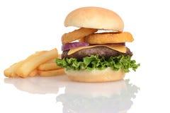 Hamburger farcito con gli anelli di cipolla lattuga e formaggio Fotografia Stock Libera da Diritti