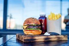 Hamburger frais avec les cales et le jus de pomme de terre Photo stock