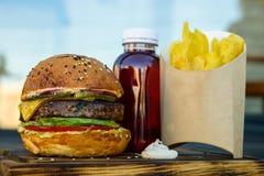 Hamburger frais avec les cales et le jus de pomme de terre Images stock