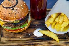 Hamburger frais avec les cales et le jus de pomme de terre Image stock