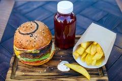 Hamburger frais avec les cales et le jus de pomme de terre Image libre de droits