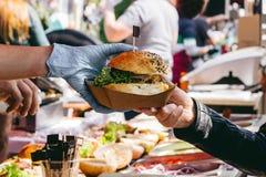 Hamburger frais délicieux sur le marché de nourriture, tout préparé Plan rapproché photo stock